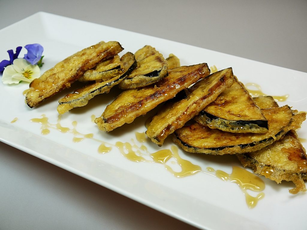 Berenjenas en tempura con miel de flores ecológica