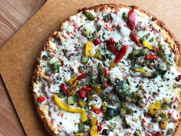 como hacer pizza de coliflor con vegetales